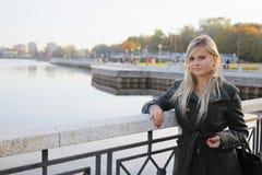 Blondine auf Kai Lizenzfreie Stockfotos