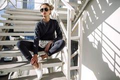 Blondine auf Stadtstraße Modischer städtischer Blick Schwarzweiss-Modeart Stockfoto