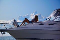 Blondine auf Yacht Stockfoto