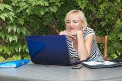 Blondine Büro im im Freien Stockbild