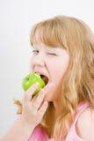 Blondine beißt den Apfel lizenzfreies stockfoto