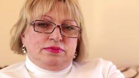 Blondine betrachten die Kamera stock video footage