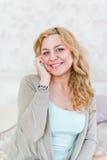 Blondine am Bett und am Anrufen Lizenzfreie Stockfotos