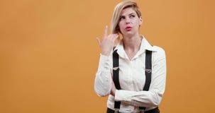 Blondine denken und erhalten plötzlich eine scharfsinnige Idee stock video footage