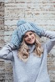 Blondine in der blauen Strickmütze Stockfotografie
