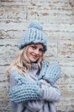 Blondine in der blauen Strickmütze Lizenzfreies Stockbild
