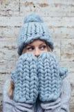 Blondine in der blauen Strickmütze Lizenzfreies Stockfoto