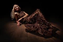 Blondine in der Dunkelheit Stockbilder