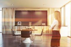 Blondine in der hölzernen Küche lizenzfreies stockfoto