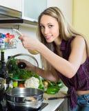 Blondine in der inländischen Küche Lizenzfreie Stockbilder