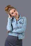 Blondine in der Jeansjacke stockbilder