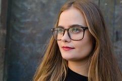 Blondine der jungen Frau mit den roten Lippen denkend und zum Horizont schauend stockfotos