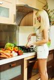 Blondine in der Küche Stockfoto