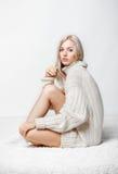 Blondine in der Kaschmirstrickjacke Lizenzfreie Stockfotos