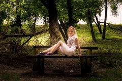 Blondine in der Natur Stockbild