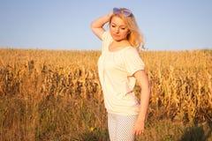 Blondine in der Sonne Lizenzfreie Stockbilder