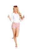 Blondine in der Sonnenbrille mit den Daumen oben Stockfotos