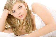 Blondine in der weißen Baumwollunterwäsche Stockfotos