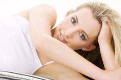 Blondine in der weißen Baumwollunterwäsche Lizenzfreie Stockbilder