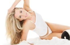 Blondine in der weißen Baumwollunterwäsche Stockfotografie