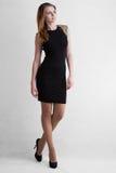 Blondine des jungen Mädchens im schwarzen kurzen Kleid Lizenzfreie Stockbilder