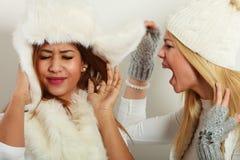 Blondine, die auf ihrem Freund schreien lizenzfreies stockbild
