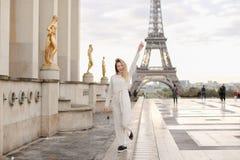 Blondine, die auf quadratische nahe vergoldete Statuen und Eiffelturm Trocadero gehen Stockfotos