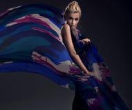 Blondine, die buntes Kleid trägt Lizenzfreies Stockbild