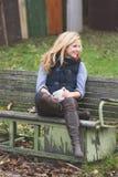 Blondine, die draußen trinken Stockfoto