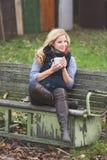 Blondine, die draußen trinken Stockbilder