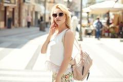 Blondine, die durch Handy sprechen lizenzfreie stockbilder