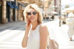 Blondine, die durch Handy sprechen stockfotos