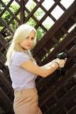 Blondine, die ein Bohrgerät verwenden Stockbild