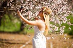 Blondine, die ein selfie nehmen stockfoto