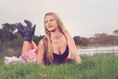 Blondine, die französisches Pin-up-Girl spielt Lizenzfreies Stockfoto
