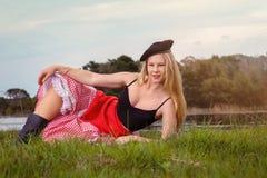 Blondine, die französisches Pin-up-Girl spielt Stockbilder