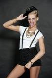 Blondine, die ihre Zunge zeigt Stockbild