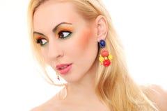 Blondine, die ihren netten farbigen Blick zeigen Lizenzfreies Stockfoto