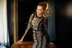 Blondine, die im Hotelzimmer aufwerfen Stockfoto