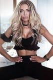 Blondine, die im Hotelzimmer aufwerfen Stockfotografie
