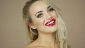 Blondine, die Kamera lächeln und betrachten stock video footage