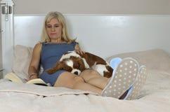 Blondine, die mit Haustier sich entspannen Lizenzfreie Stockfotografie