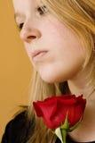 Blondine, die Rose halten Lizenzfreie Stockfotos