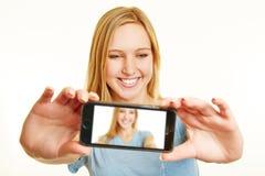 Blondine, die selfie mit Smartphone nehmen Lizenzfreie Stockfotografie