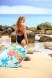 Blondine, die am Strand aufwerfen Lizenzfreie Stockfotografie