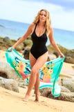 Blondine, die am Strand aufwerfen Lizenzfreies Stockfoto