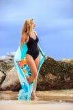Blondine, die am Strand aufwerfen Lizenzfreie Stockfotos