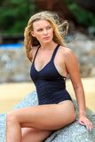 Blondine, die am Strand aufwerfen Stockfotografie