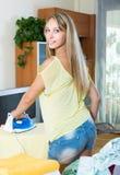 Blondine, die zu Hause bügeln Lizenzfreie Stockfotos