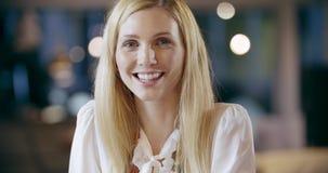 Blondine, die zum Kameraporträt lächeln Firmenkundengeschäftteamarbeits-Bürositzung Kaukasischer Geschäftsmann und stock footage